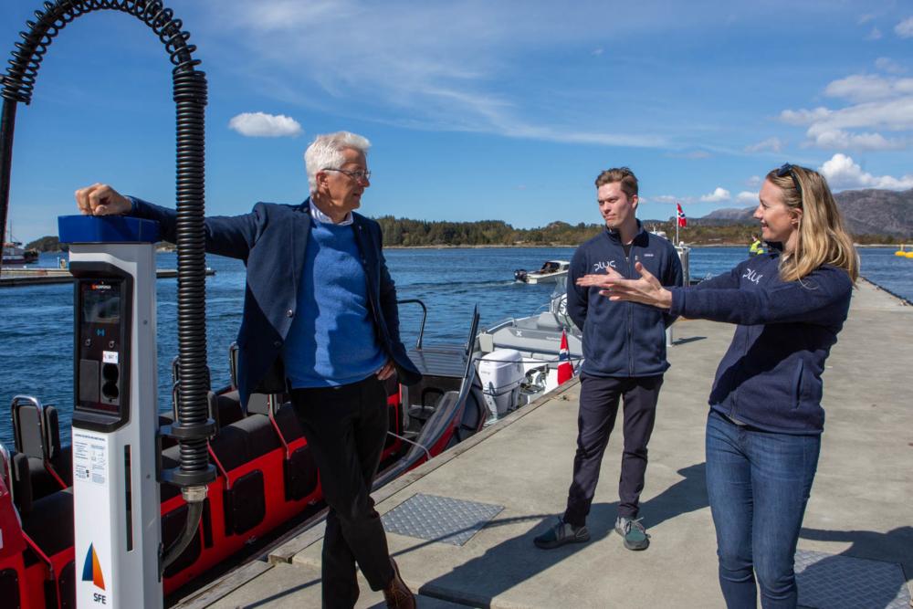 Fylkesordfører Jon Askeland, Plugs Bjørn Hønsi Følling og Maria Bos åpner elbåtlader i Florø